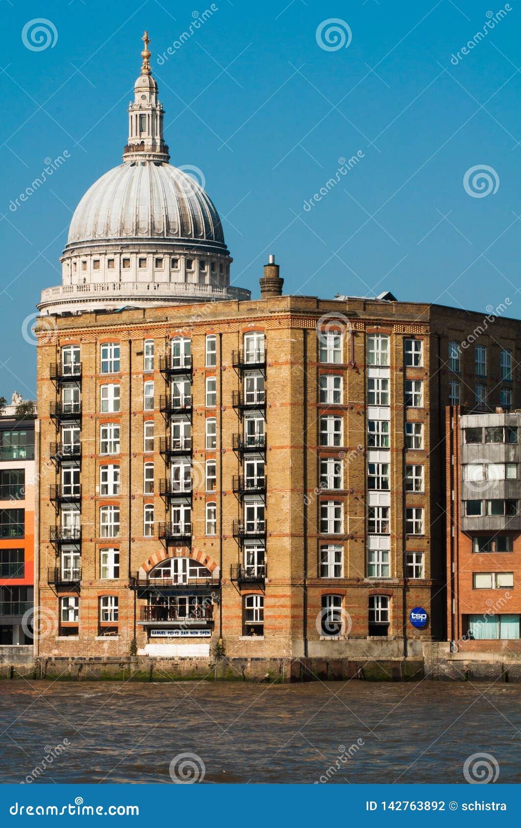 Londyn - 4 Marzec 2011 - St Paul katedry kopuły podglądanie za za miarowym budynku, Londyn