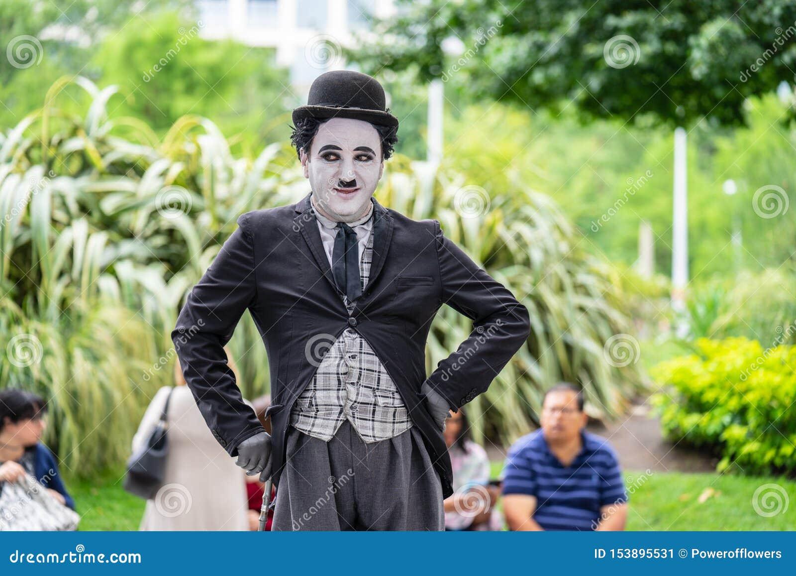 Londyn, UK, Lipiec, 2019 Jeden uliczni wykonawcy ubierał w górę Charlie Chaplin jako Uliczny przedstawienie
