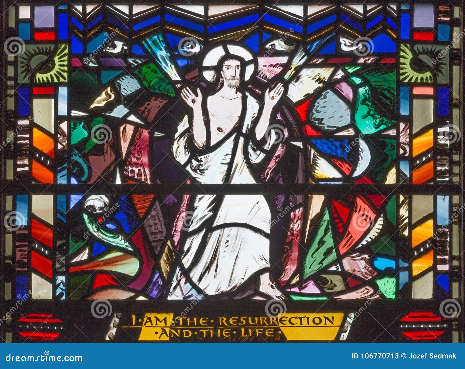 LONDYN WIELKI BRYTANIA, WRZESIEŃ, - 16, 2017: Scena rezurekcja witraż w kościół St Etheldreda