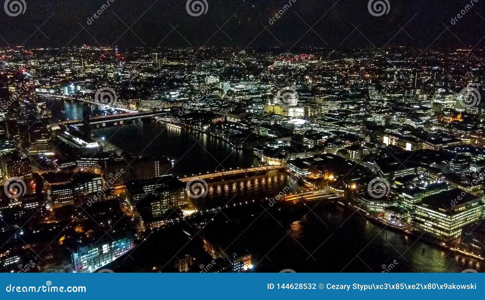 Londyn, Zjednoczone Królestwo/- 03/21/2019: widok od czerepu budynku puszka ulicy Londyn