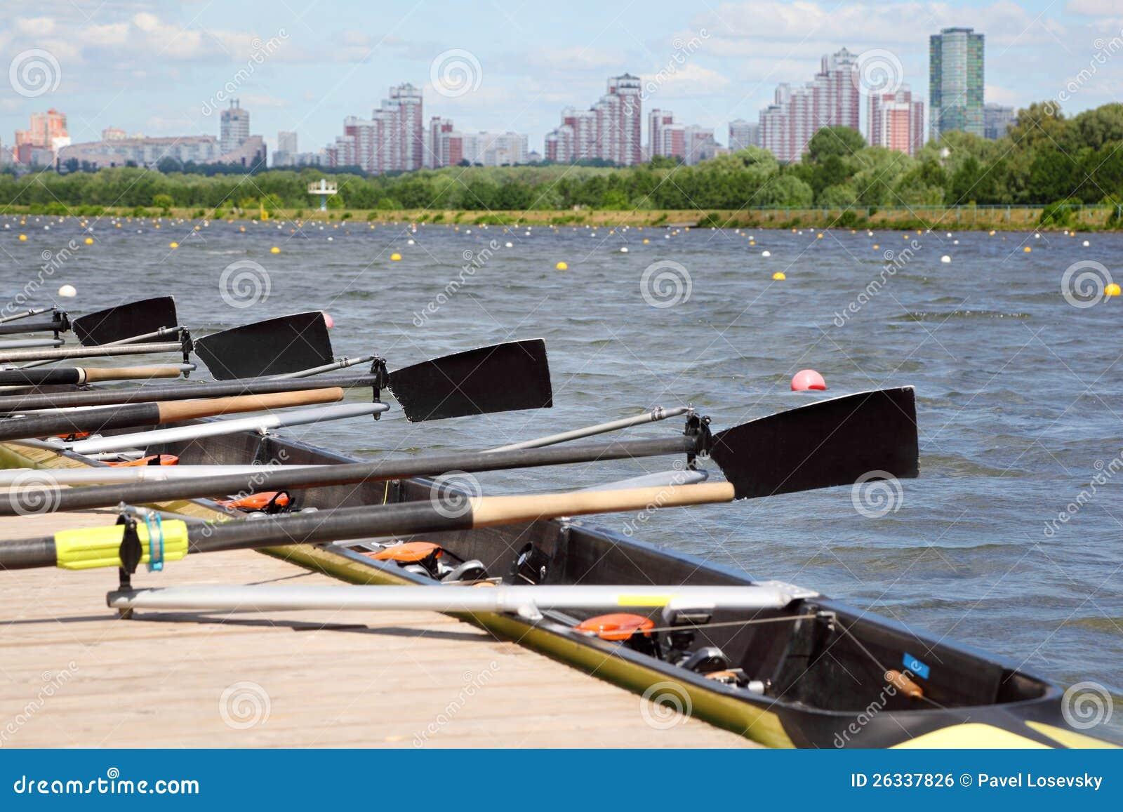Long bateau de sport avec des avirons