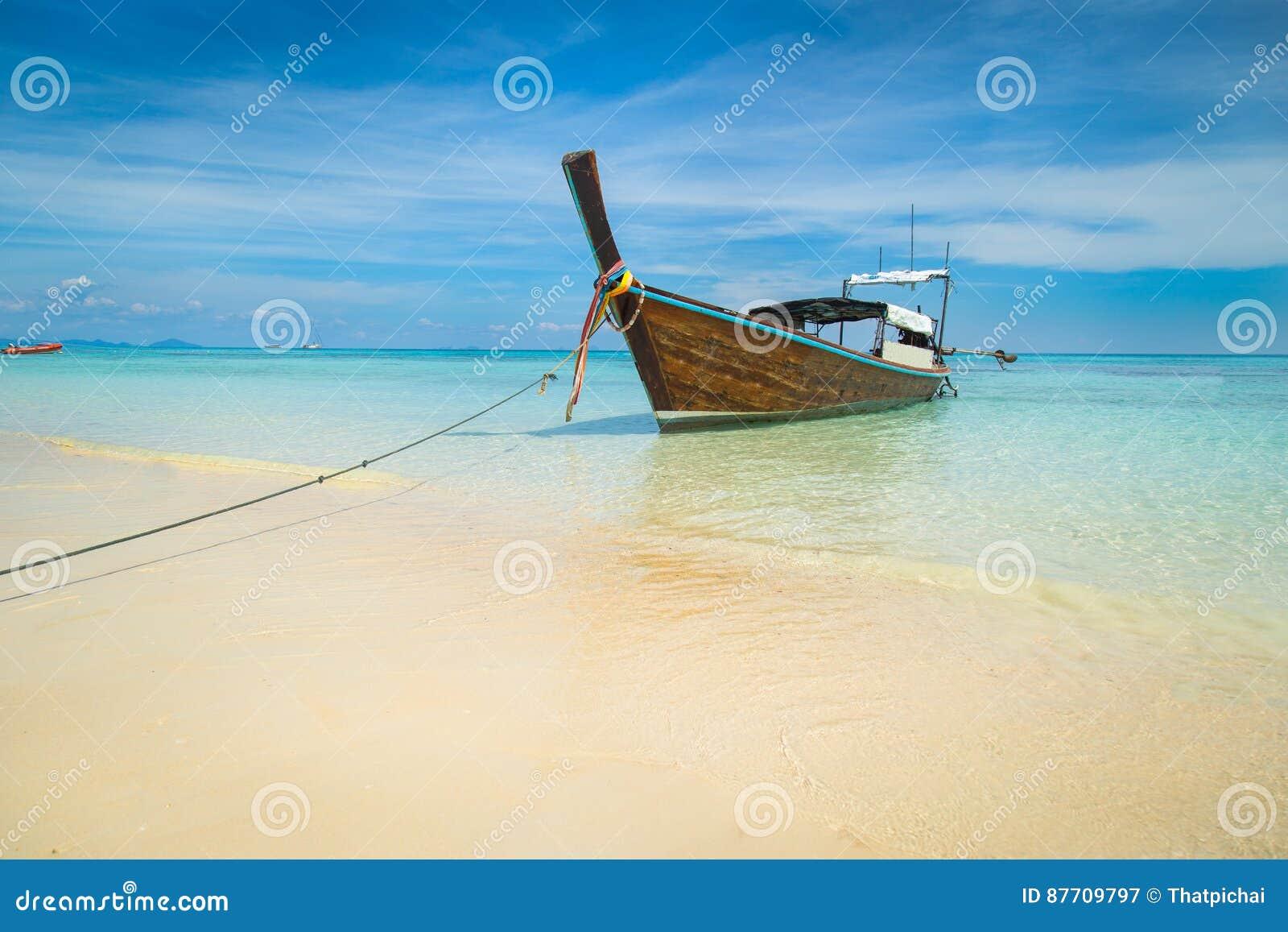 Long bateau et plage tropicale, mer d Andaman, Koh Rok, Thaïlande