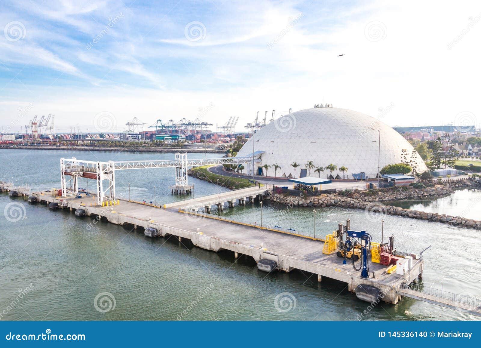 Long Beach, Califórnia, EUA - 30 de maio de 2015: Vista aérea da abóbada terminal do navio de cruzeiros em Long Beach, Califó