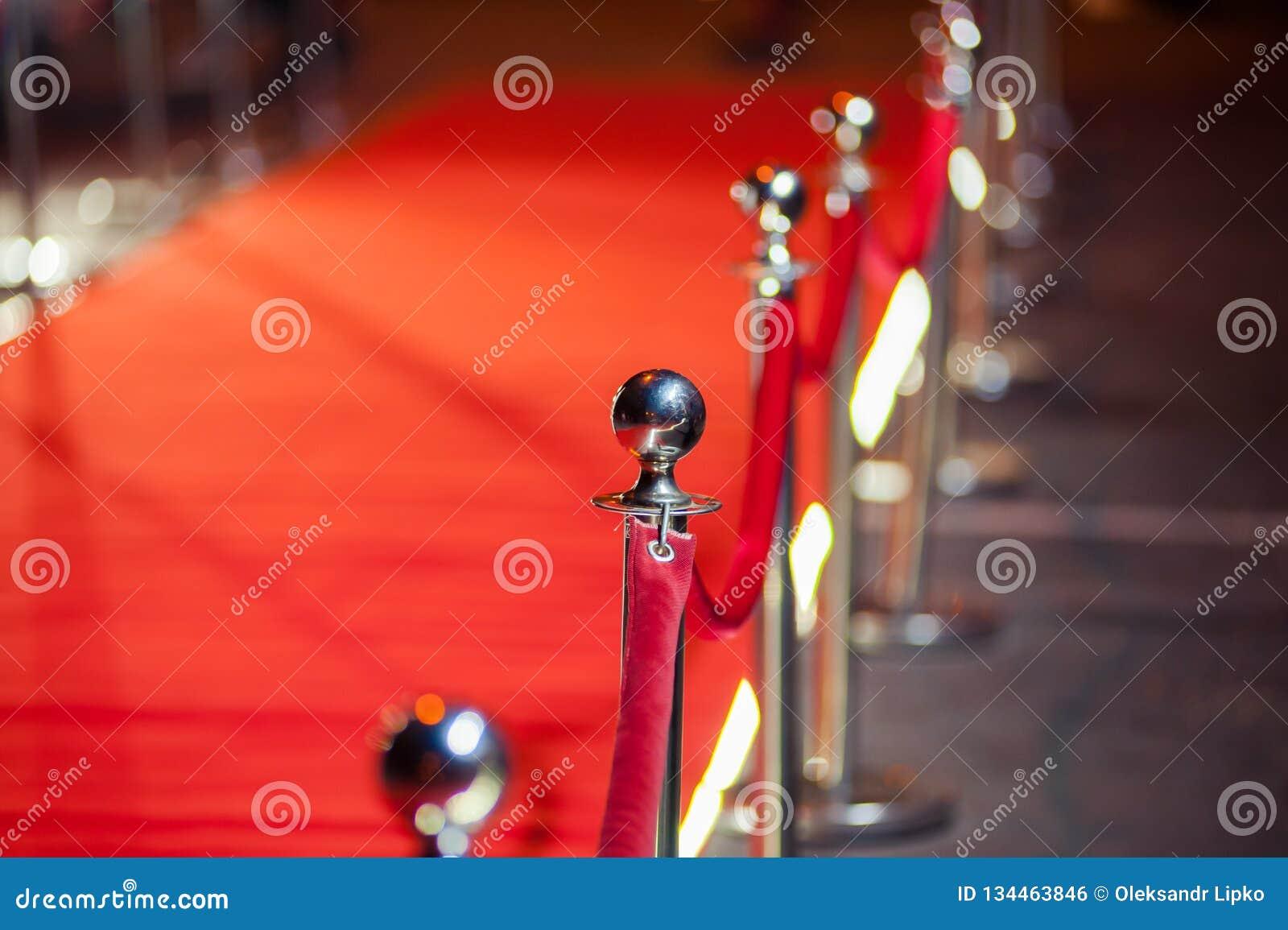 Long tapis rouge entre les barrières de corde sur l entrée