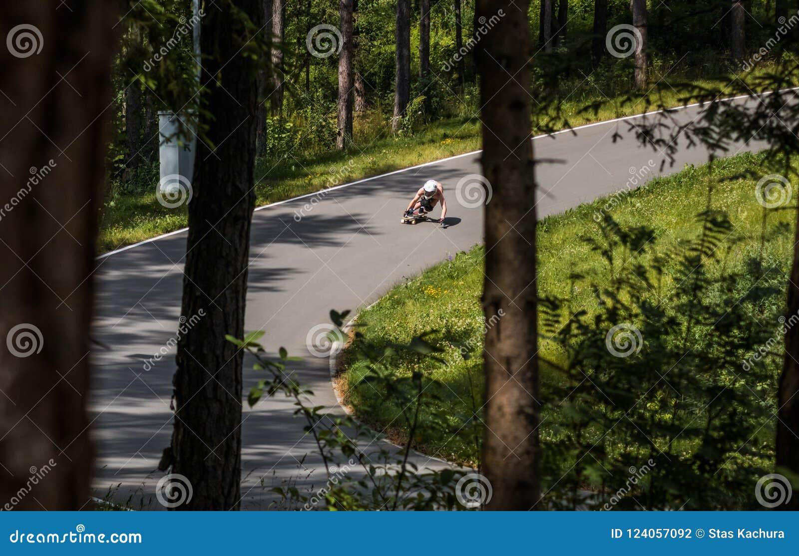 Longboard bergaf ruiter die snel gaan