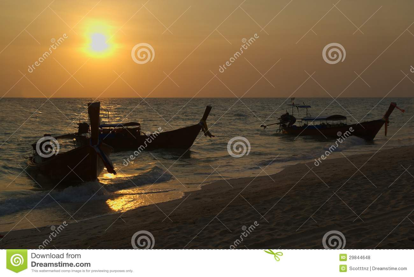 Longboats tailandeses na praia