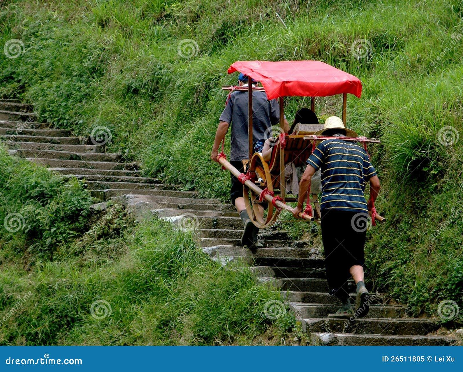Longsheng, China: Porteiros que carreg a cadeira do sedan