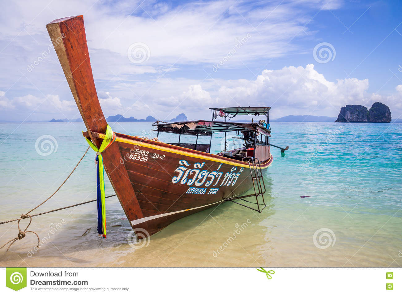 Longtail-Boot auf Strand in Thailand