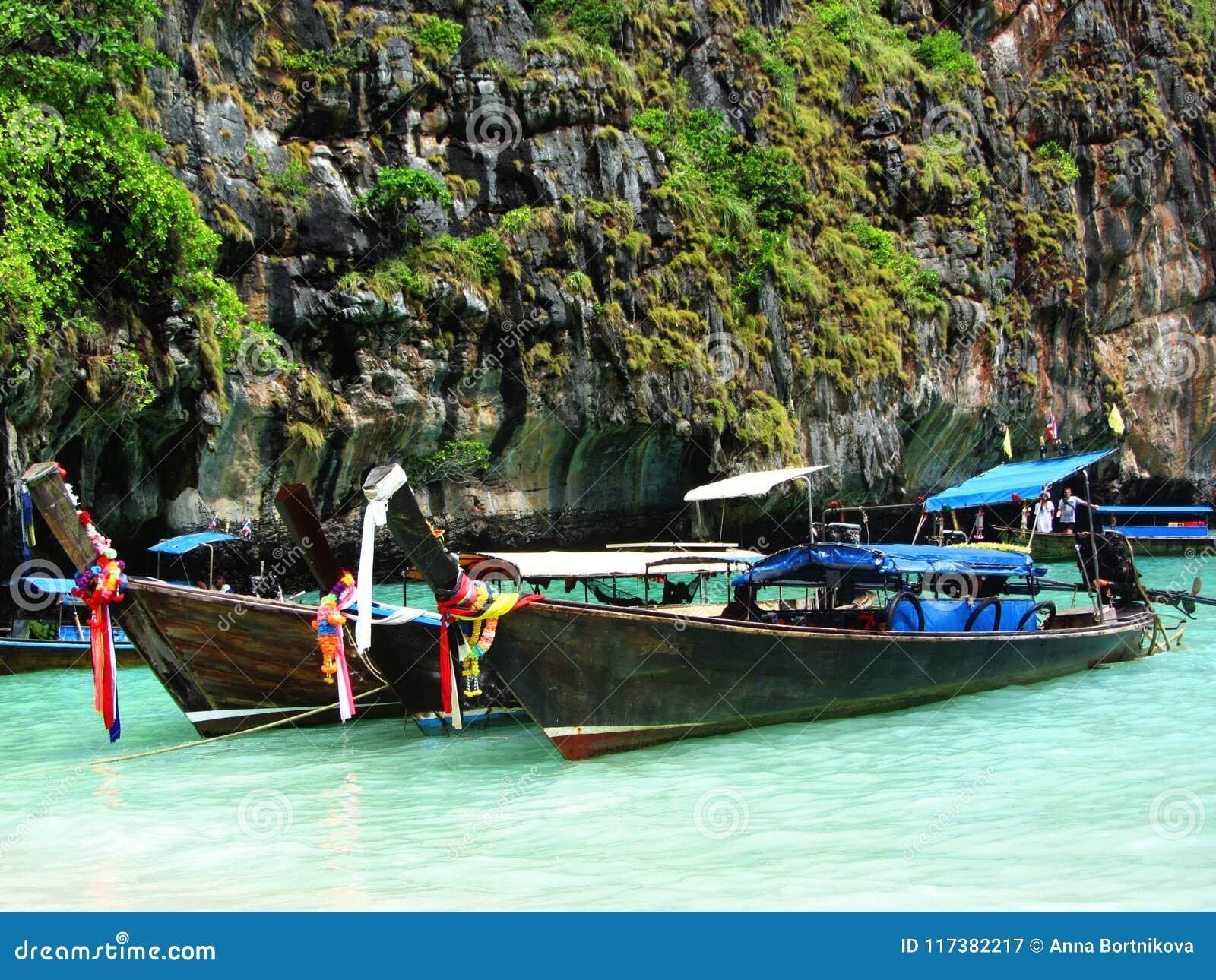 Longtale小船在普吉岛靠岸与在背景的石灰石岩石在泰国 普吉岛海岛是一最普遍的旅游destinat