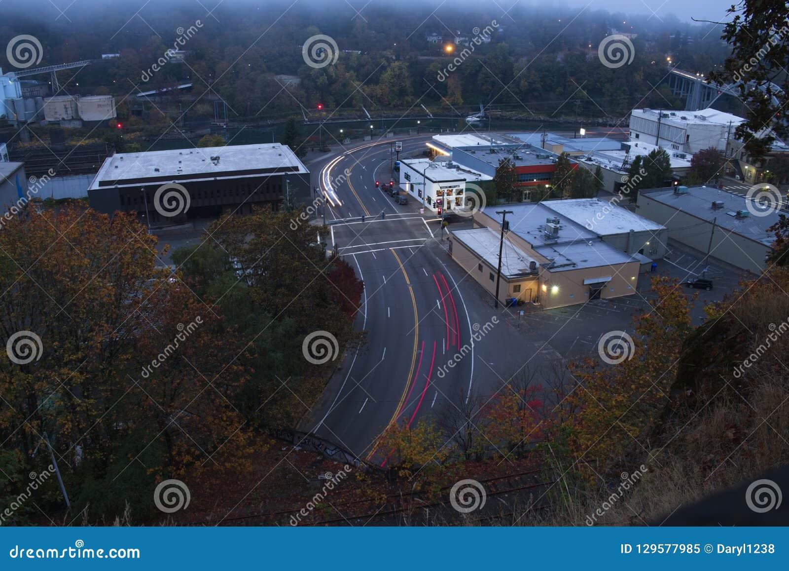 Longue exposition de circulation urbaine un matin brumeux