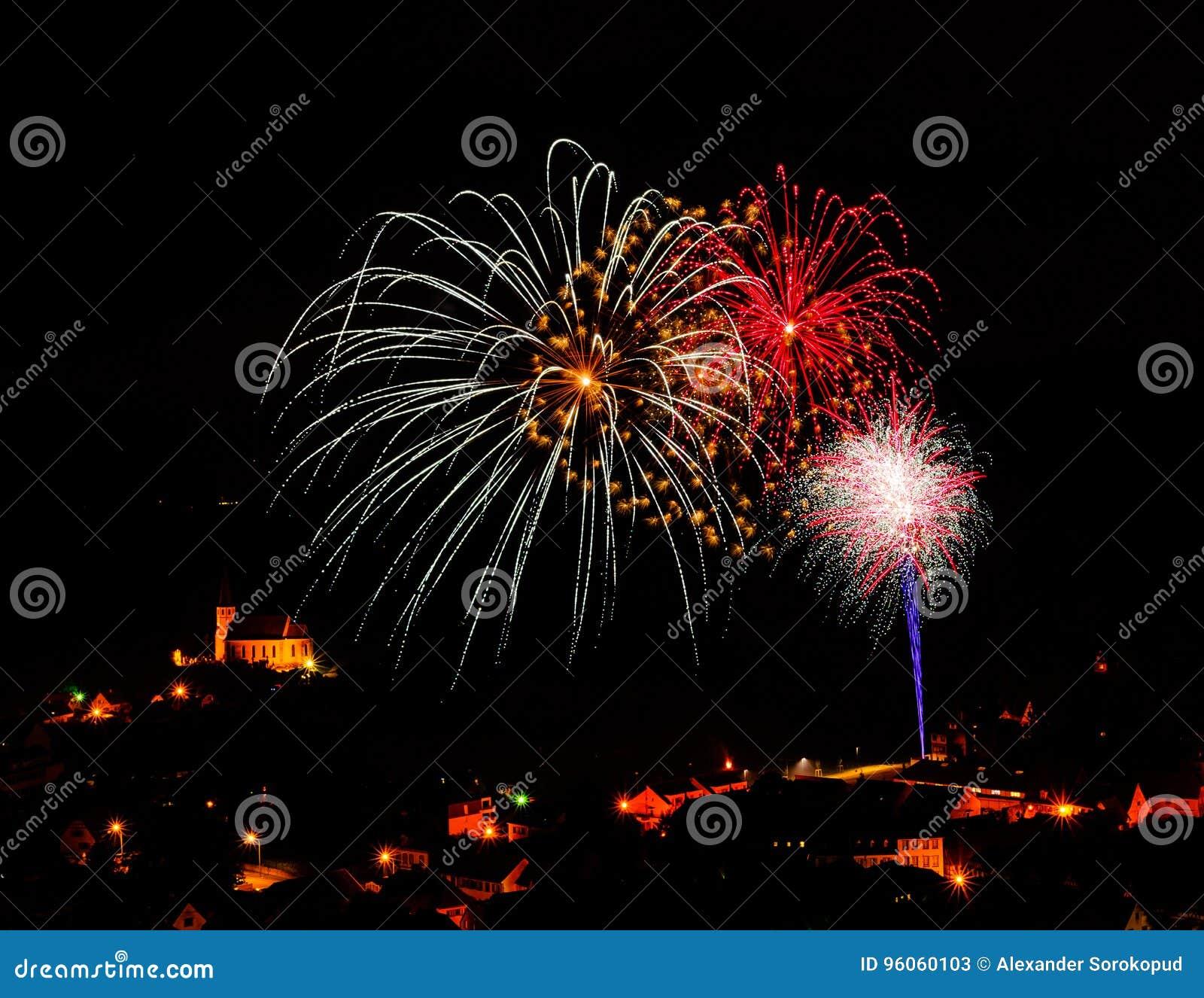 Longue exposition des feux d artifice multicolores contre un ciel noir
