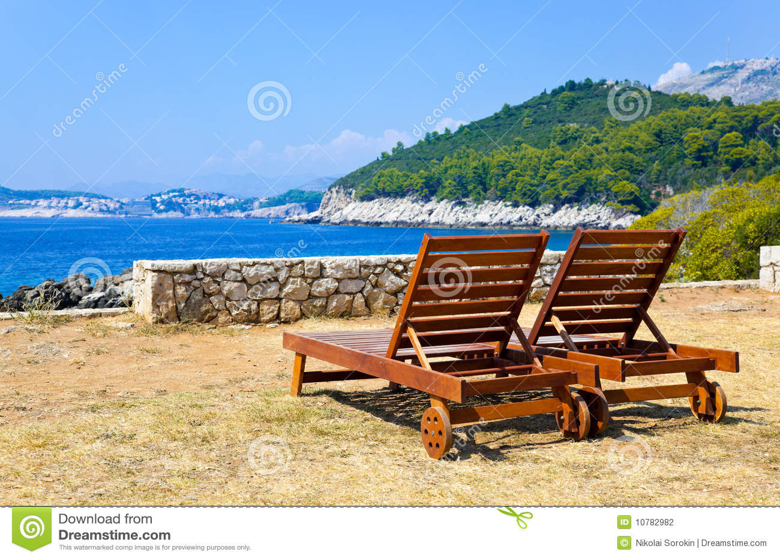 Longue op strand in Dubrovnik, Kroatië