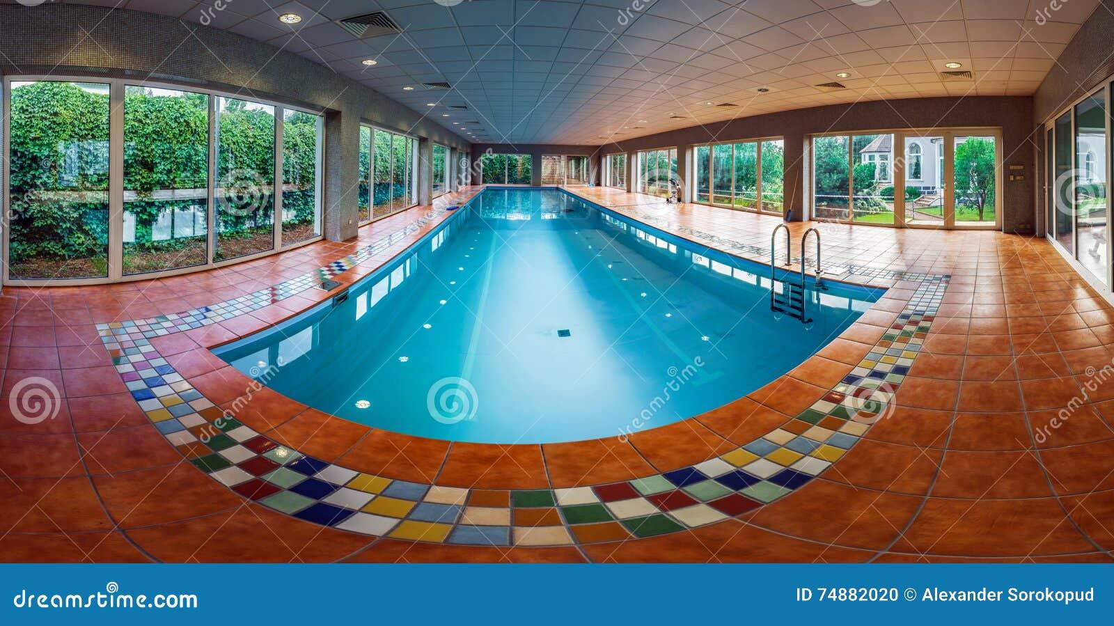 Longue piscine couverte de swimmimg sur la station de vacances