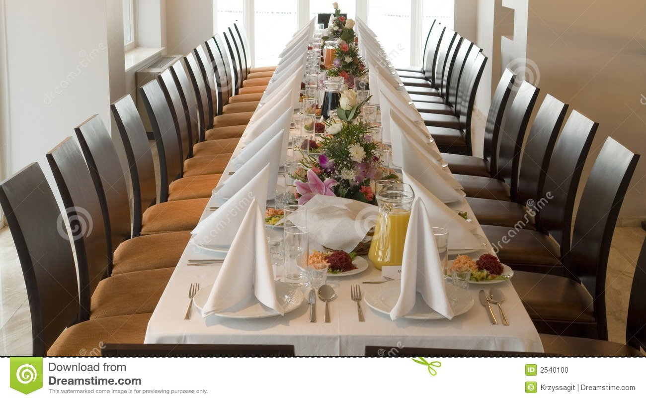 Longue t table du banquet photo stock. Image du banquet - 2540100
