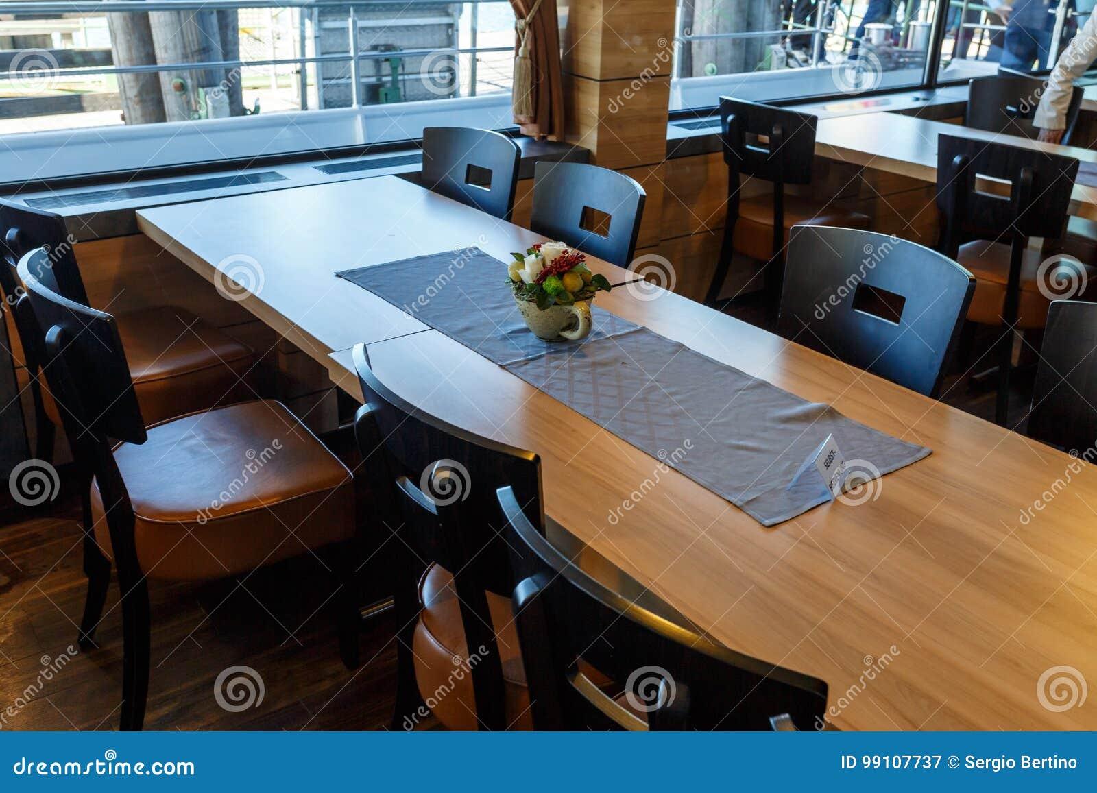 Gentil Longue Table De Salle à Manger En Bois Dans Un Restaurant