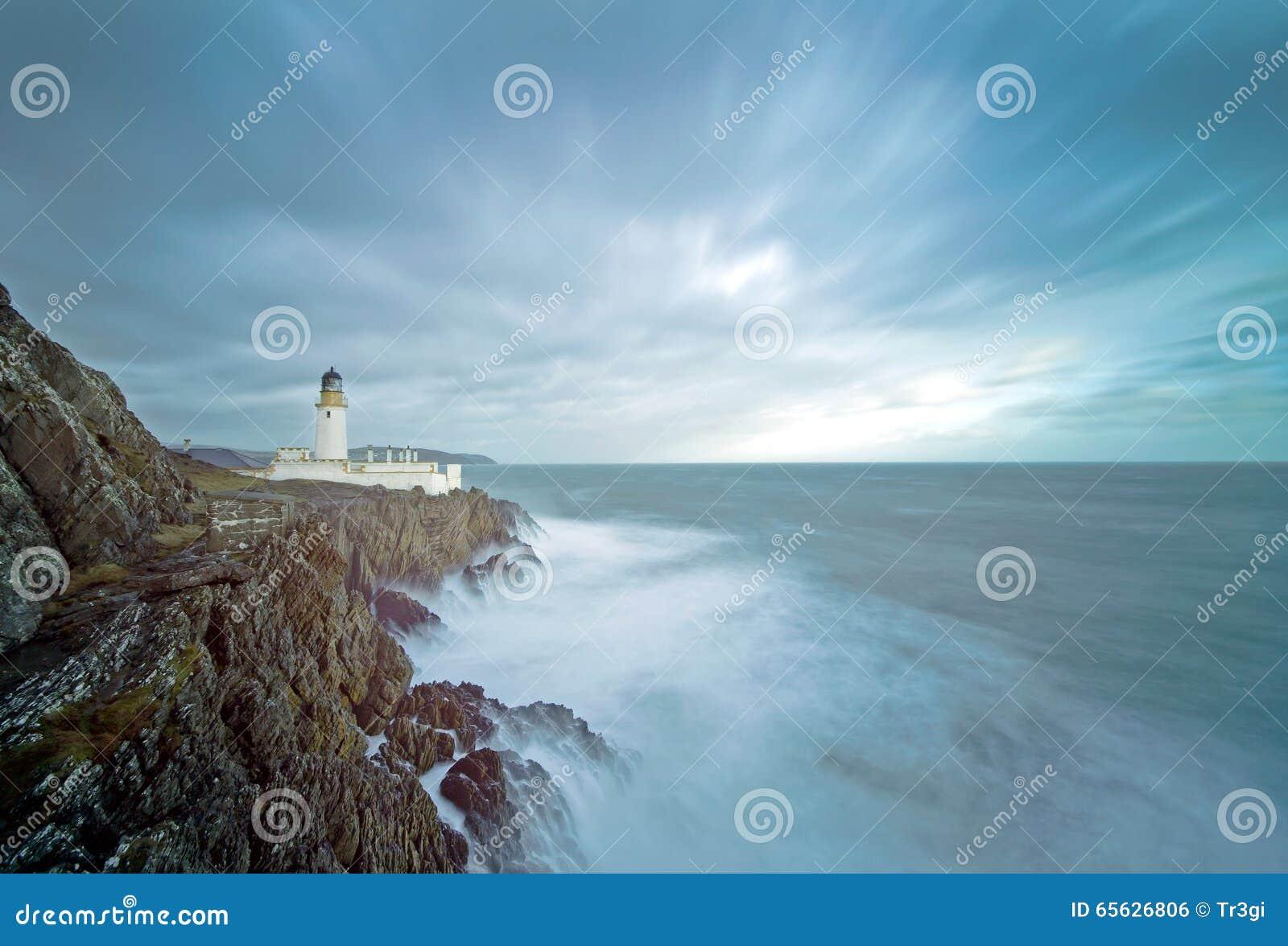 Longues falaises de phare de mer déchaînée d exposition