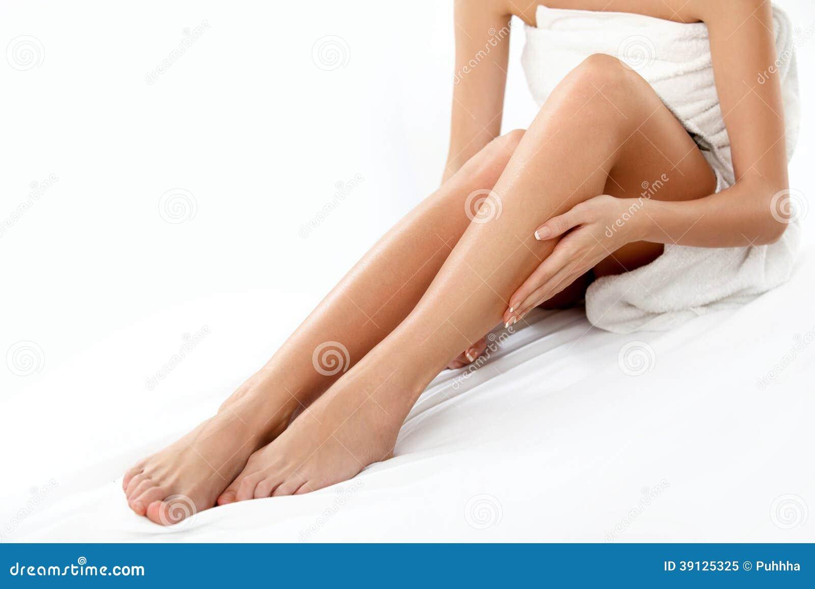 longues jambes de femme d 39 isolement sur le blanc epilation image stock image du pieds. Black Bedroom Furniture Sets. Home Design Ideas