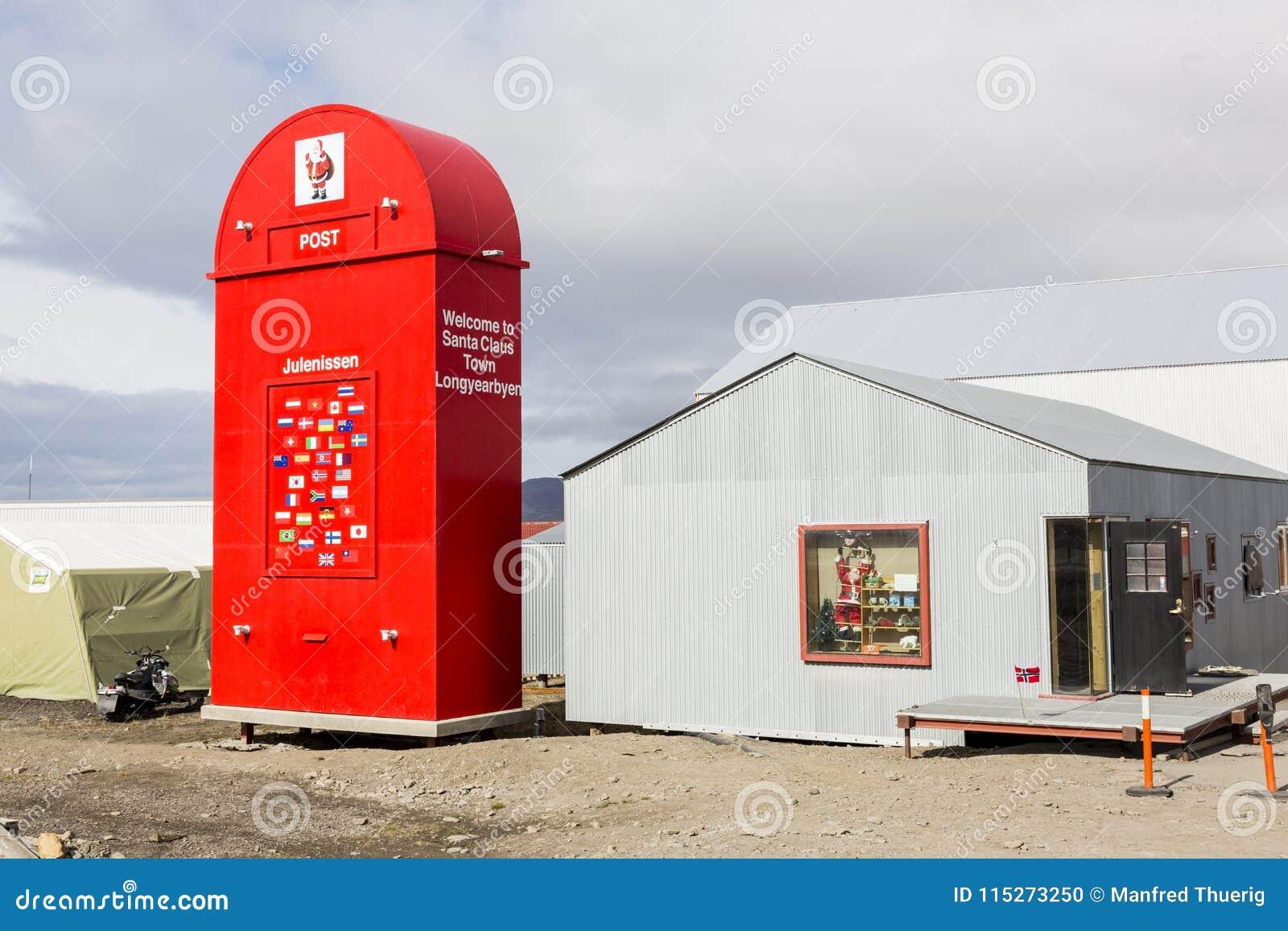 Longyearbyen, Norwegia, Czerwiec 26 2016: Gigantyczna czerwona skrzynka pocztowa dla Święty Mikołaj