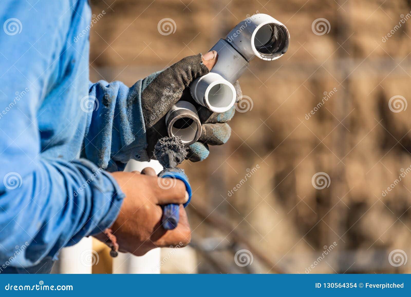 Loodgieter Applying Pipe Cleaner, Inleiding en Lijm aan pvc-Pijpen