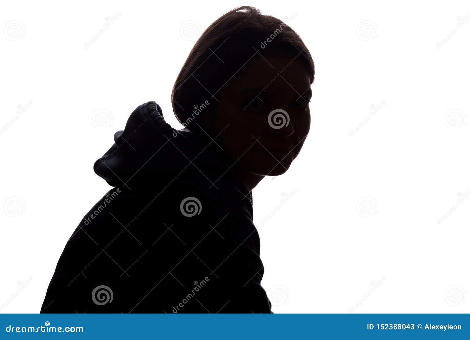 Look ahead de la mujer joven con el pelo que fluye - silueta vertical