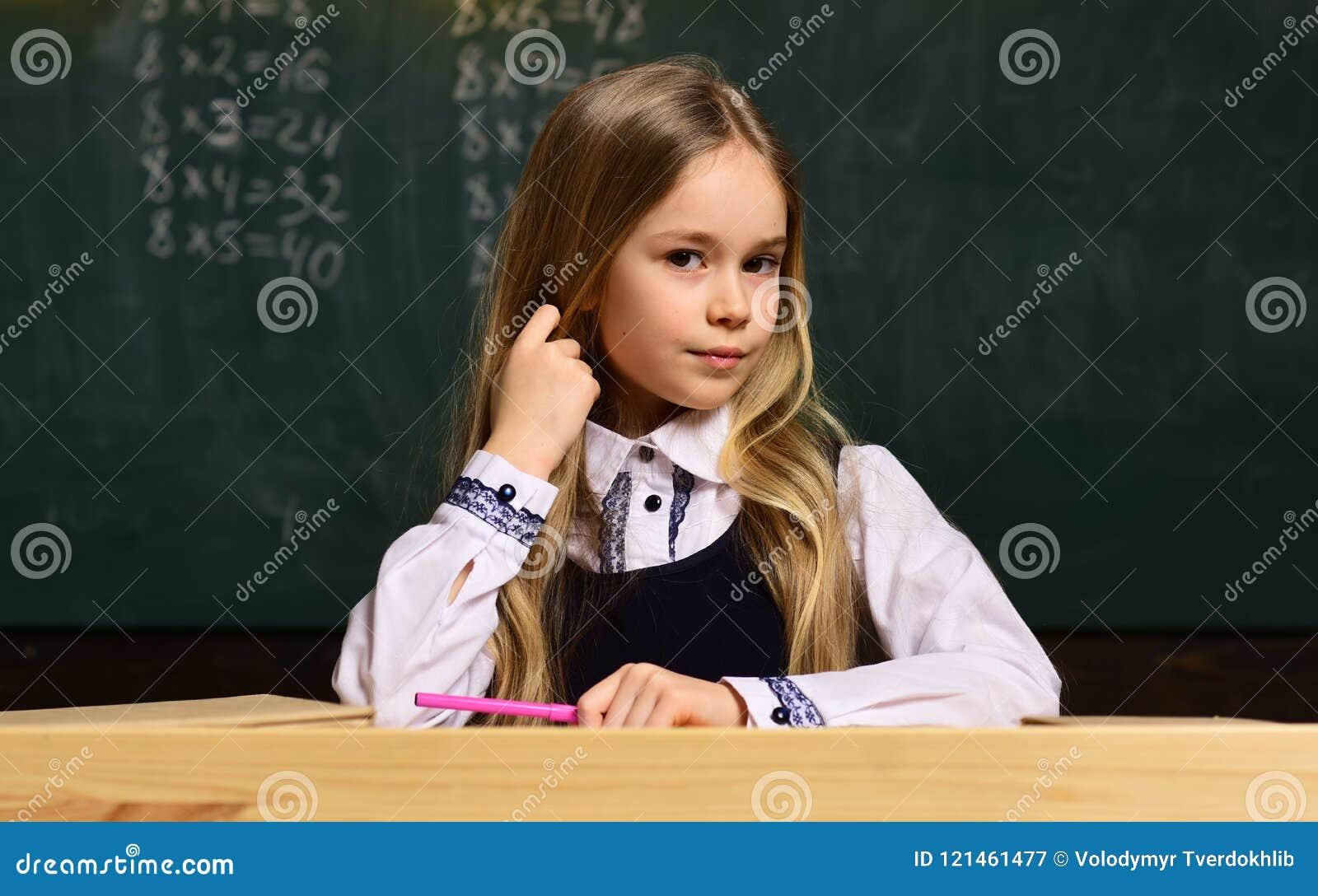 Look for handleder med erfarenhetsundervisningbarn den samma åldern som ditt barn Lärareteckning med hennes lilla student på