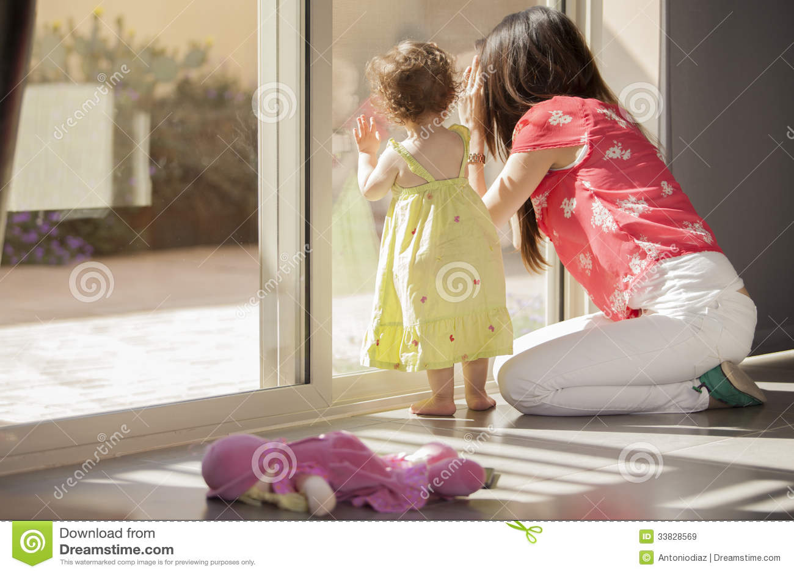 Смотрят на член через окно 1 фотография
