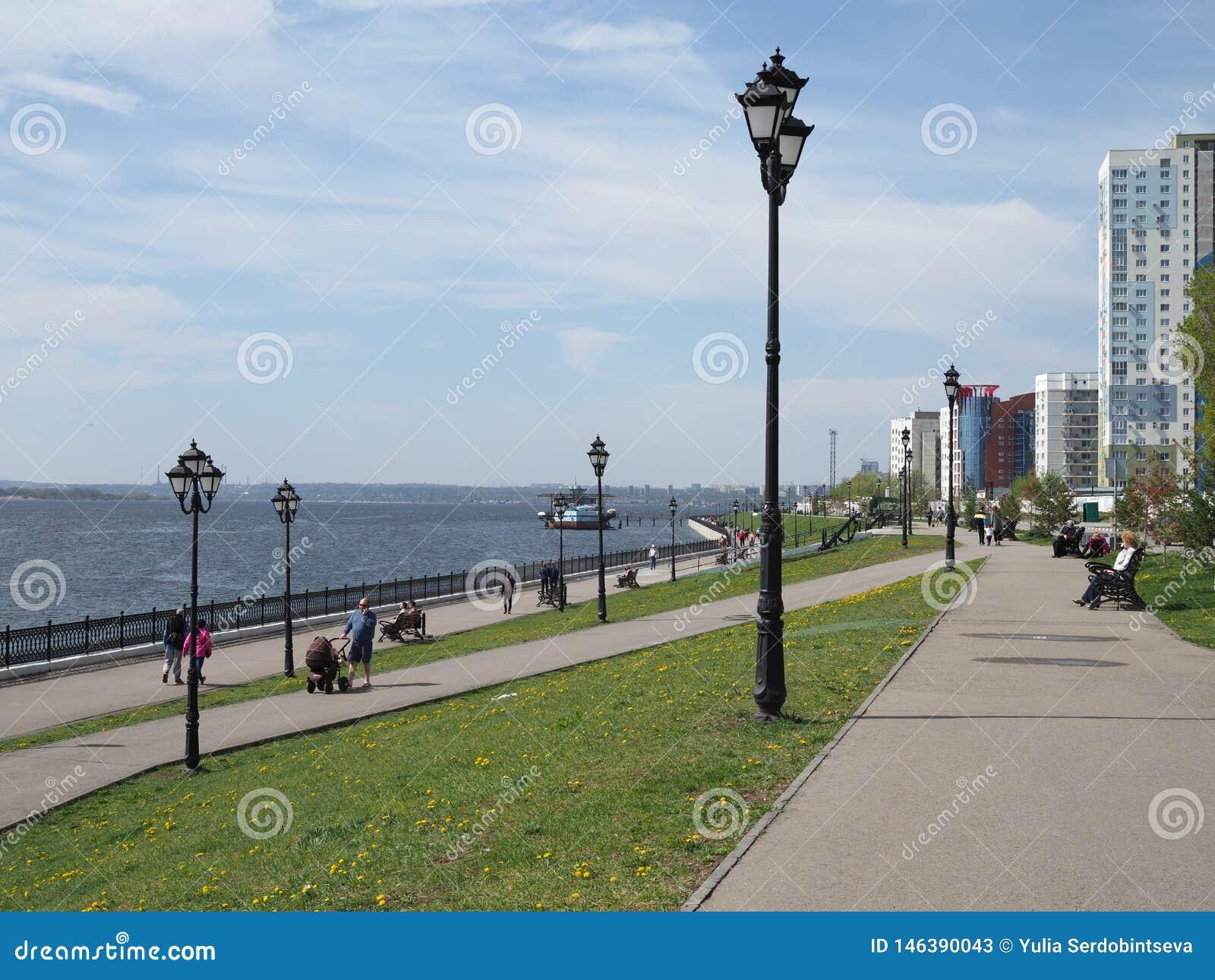 Loopt de de lente Zonnige dag op de stadsdijk, mensen en geniet van de warmte Rusland, Saratov - 28 April 2019