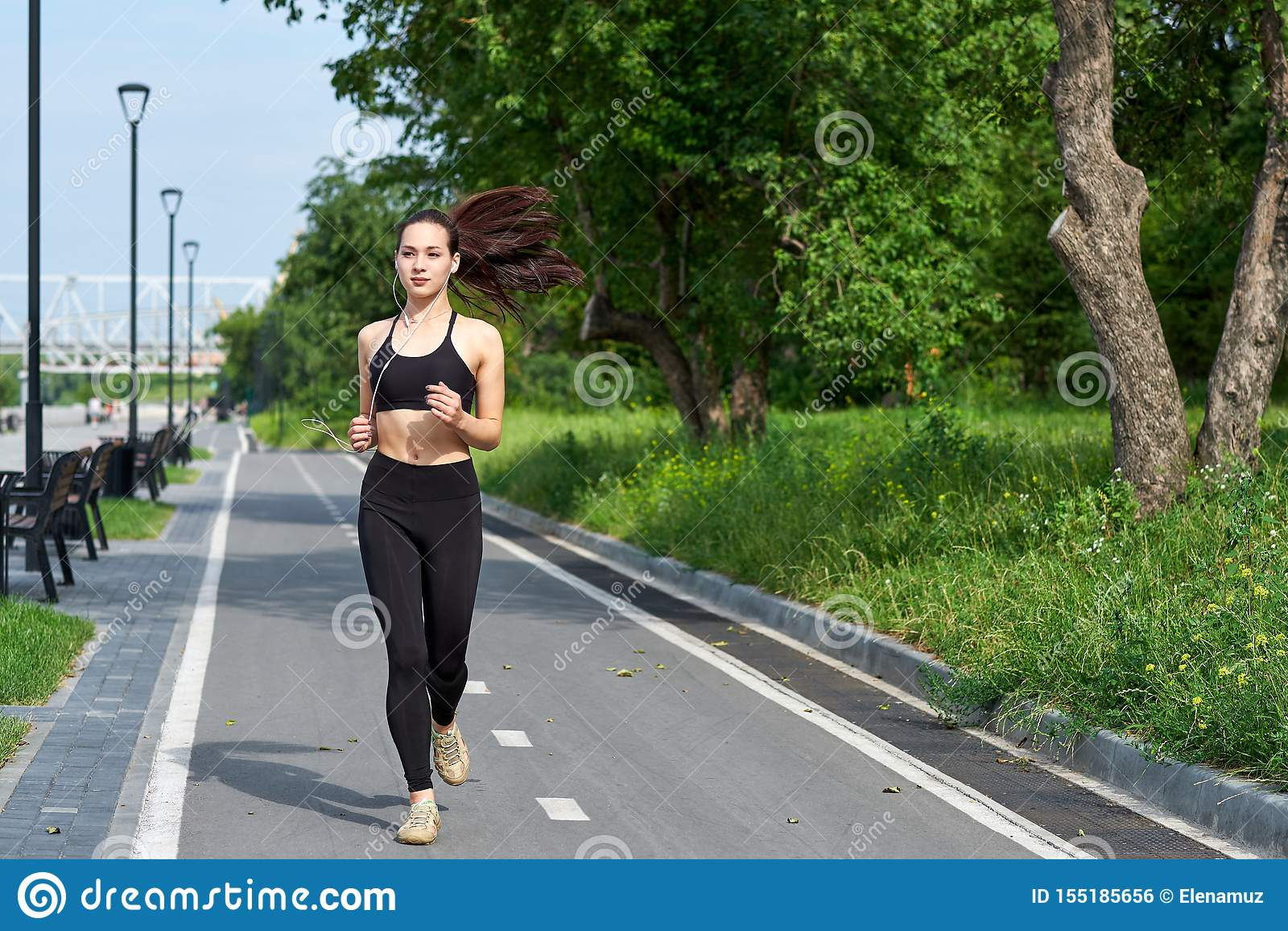 Lopende Aziatische vrouw op renbaan Ochtendjogging De atleet opleiding