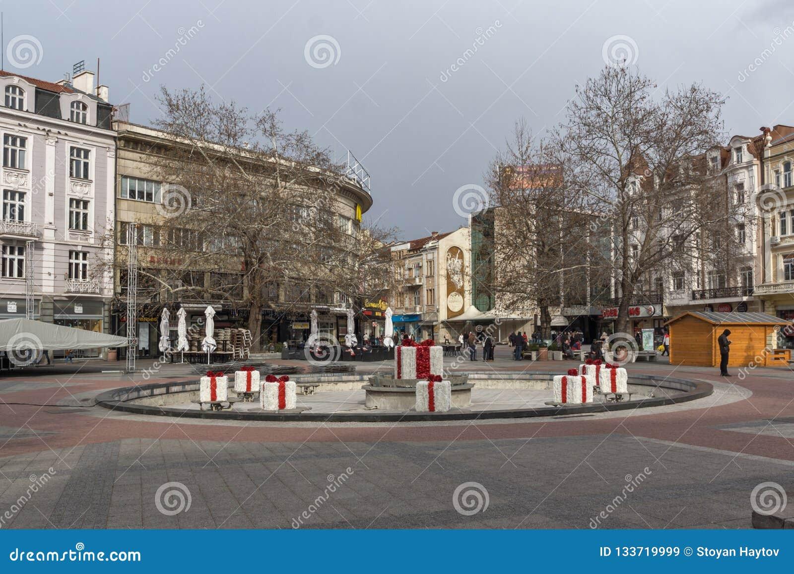 Lopende mensen bij de centrale voetstraat in stad van Plovdiv, Bulgarije
