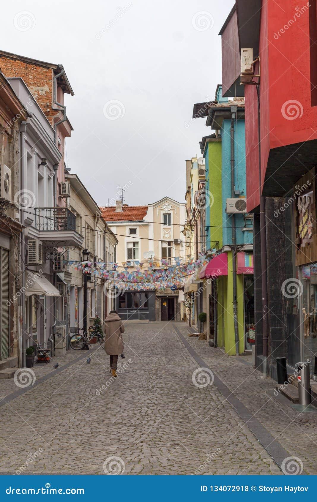 Lopende mensen en Straat in district Kapana, stad van Plovdiv, Bulgarije
