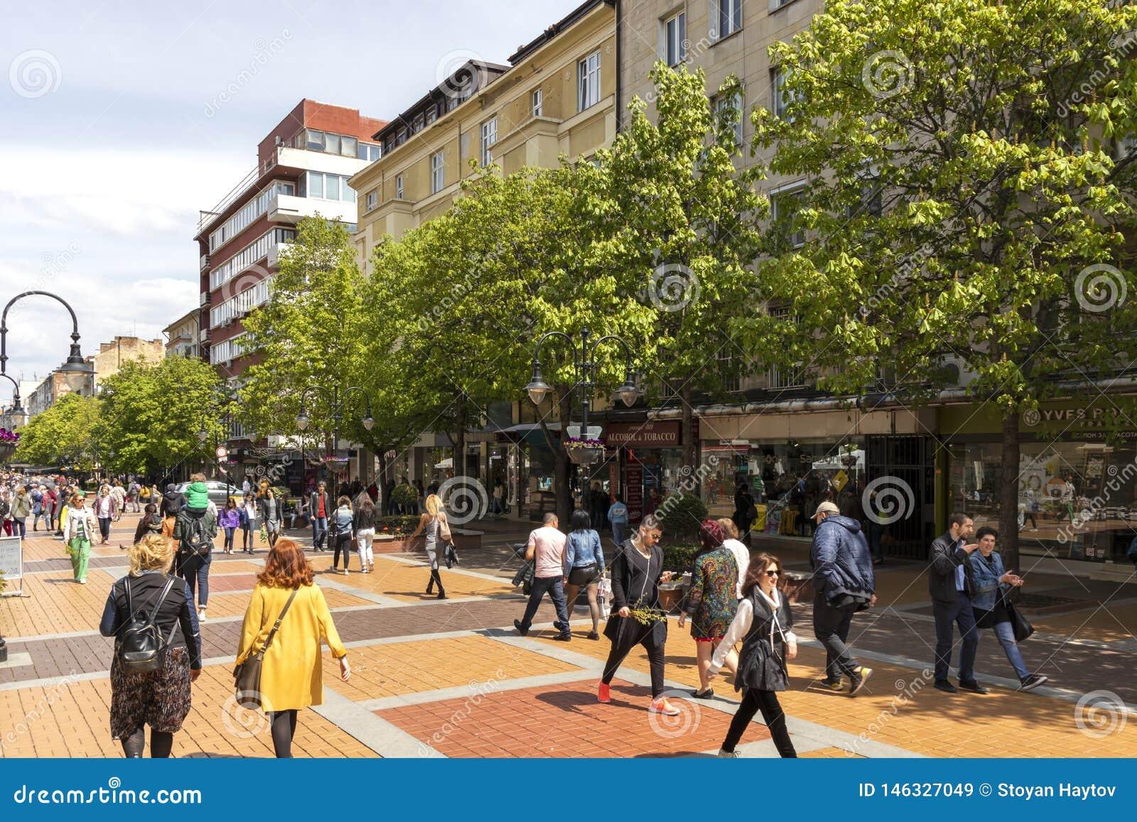 Lopende mensen op Boulevard Vitosha in stad van Sofia, Bulgarije