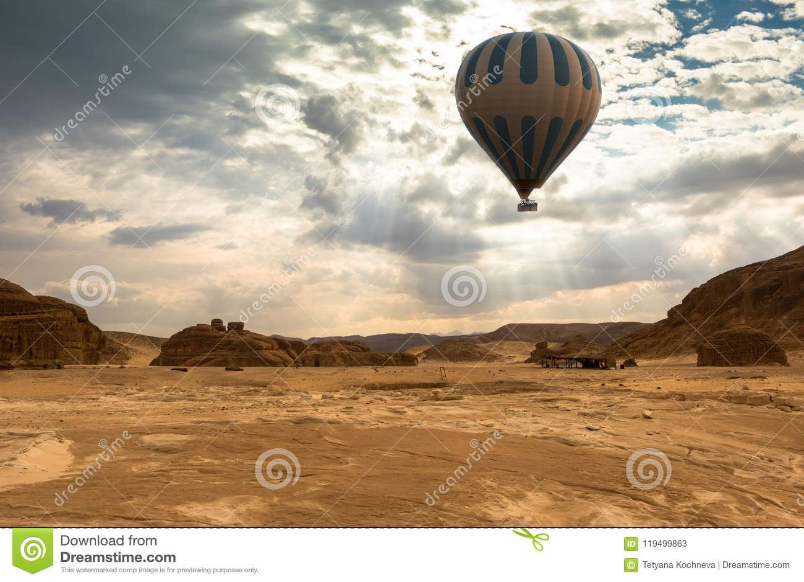 Lopp för ballong för varm luft över öken