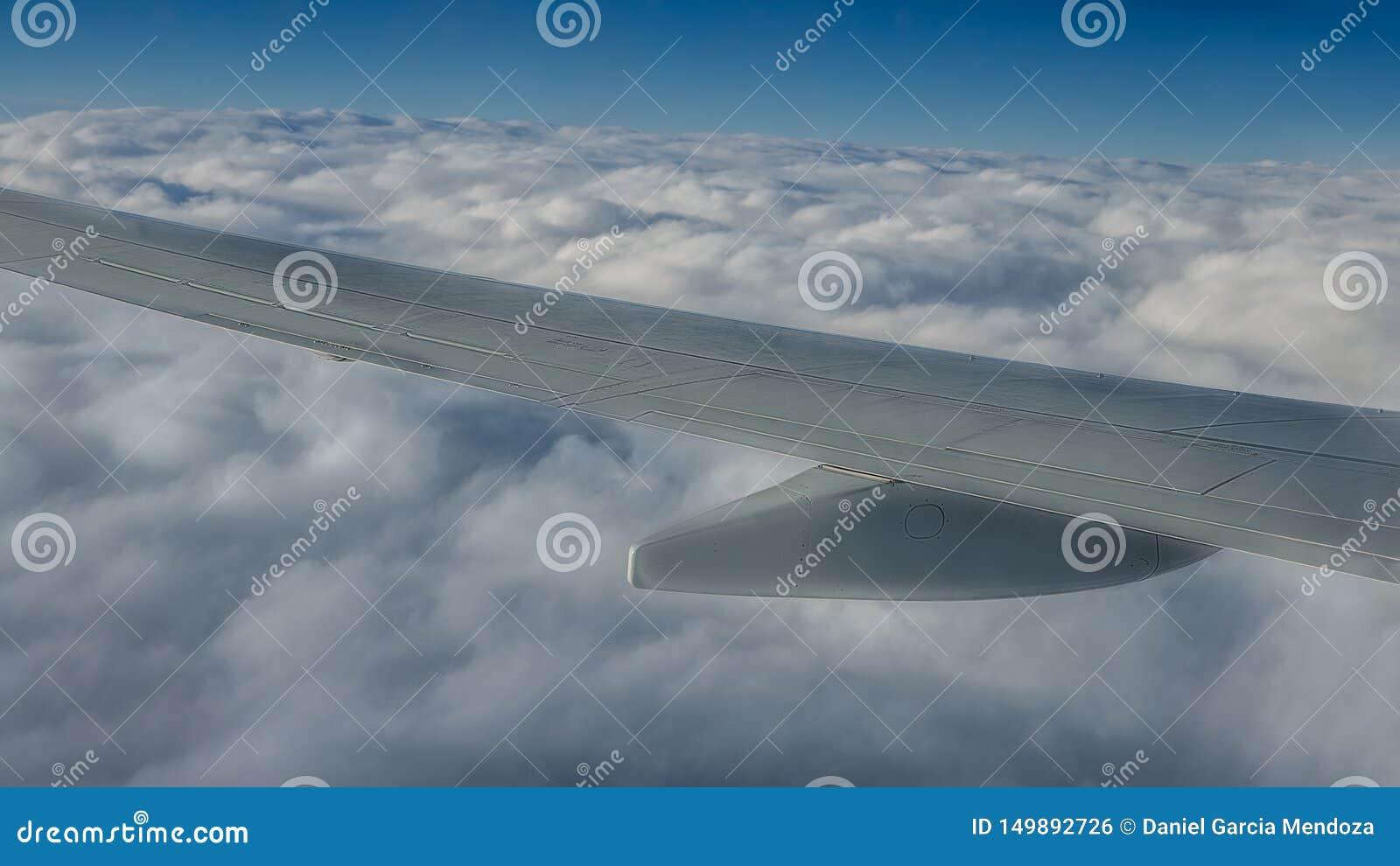 Lopp f?rbi luft Niv?vinge i flyg Härlig himmel och underbara moln