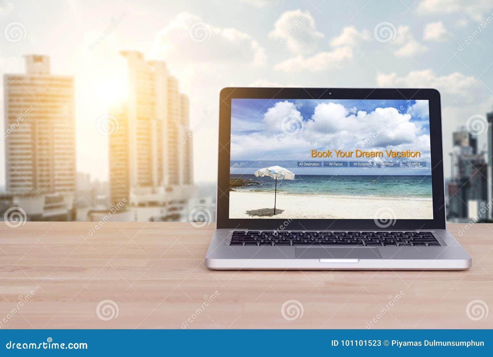 Lopp ferie, semesterplanläggningsbegrepp Bärbar dator med websiten