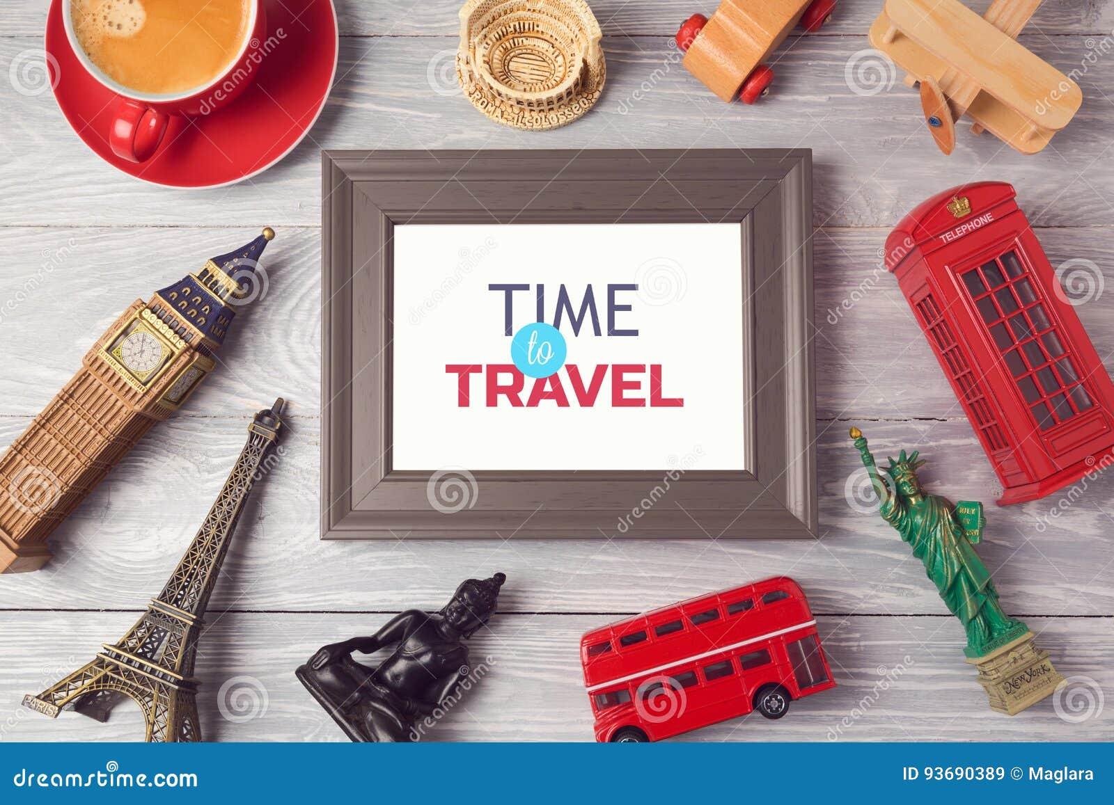 Lopp- och turismbegrepp med fotoramen och souvenir från hela världen ovanför sikt