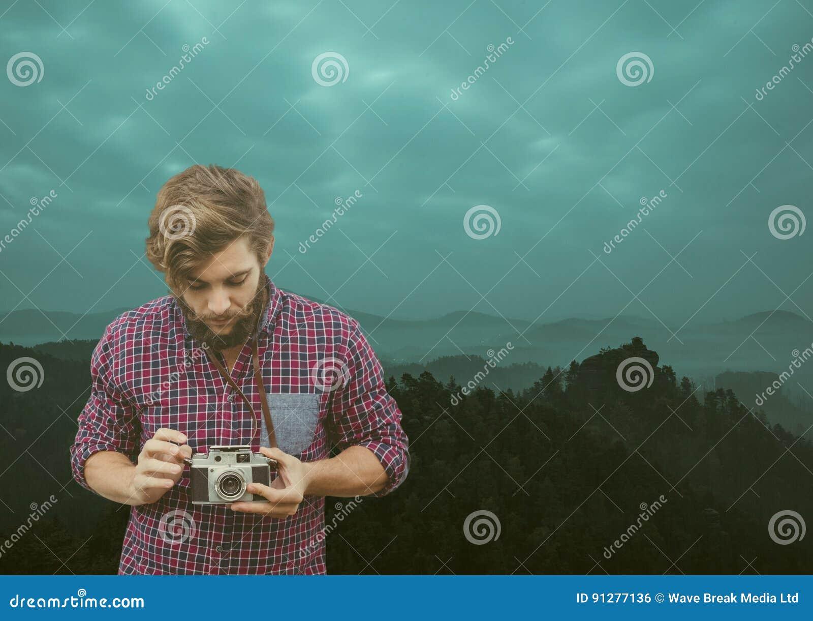 Loppberg män med mustaschen med hans kamera