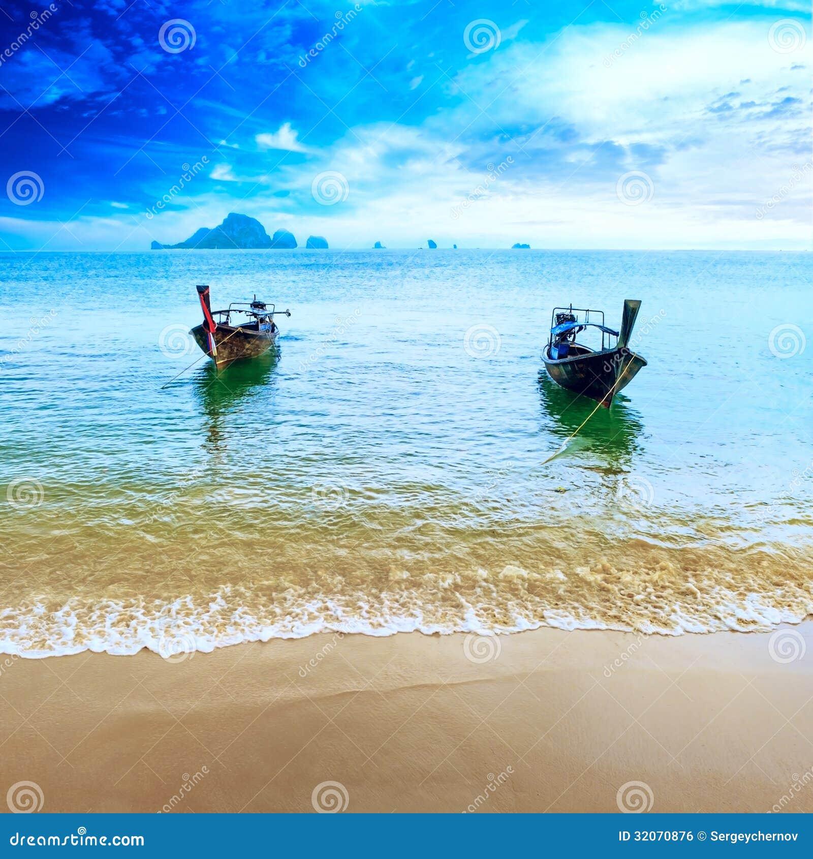 Loppfartyg på den Thailand östranden. Tropisk kustAsien landsc