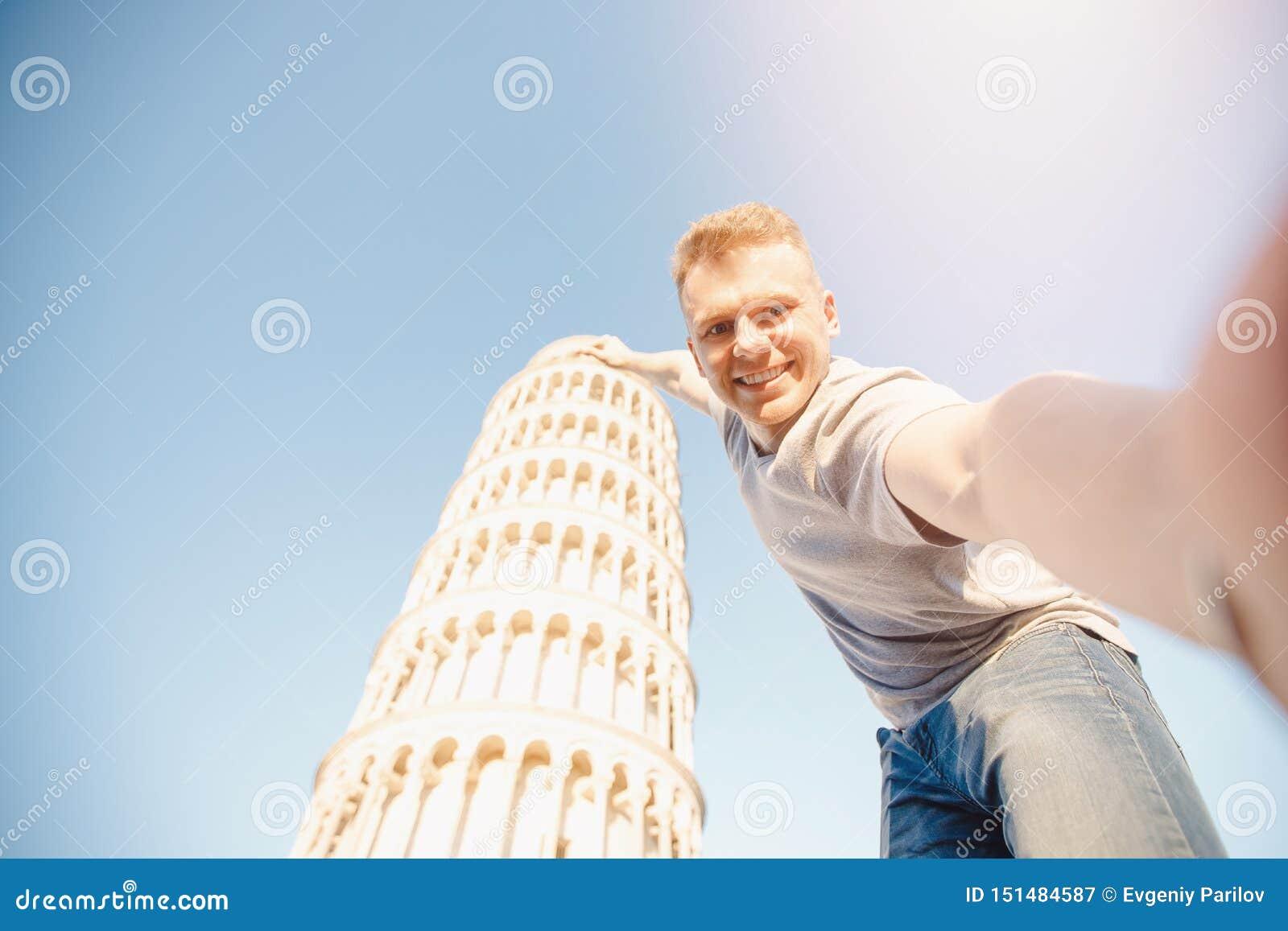 Loppturistman som framme gör selfie av benägenhettornet Pisa, Italien