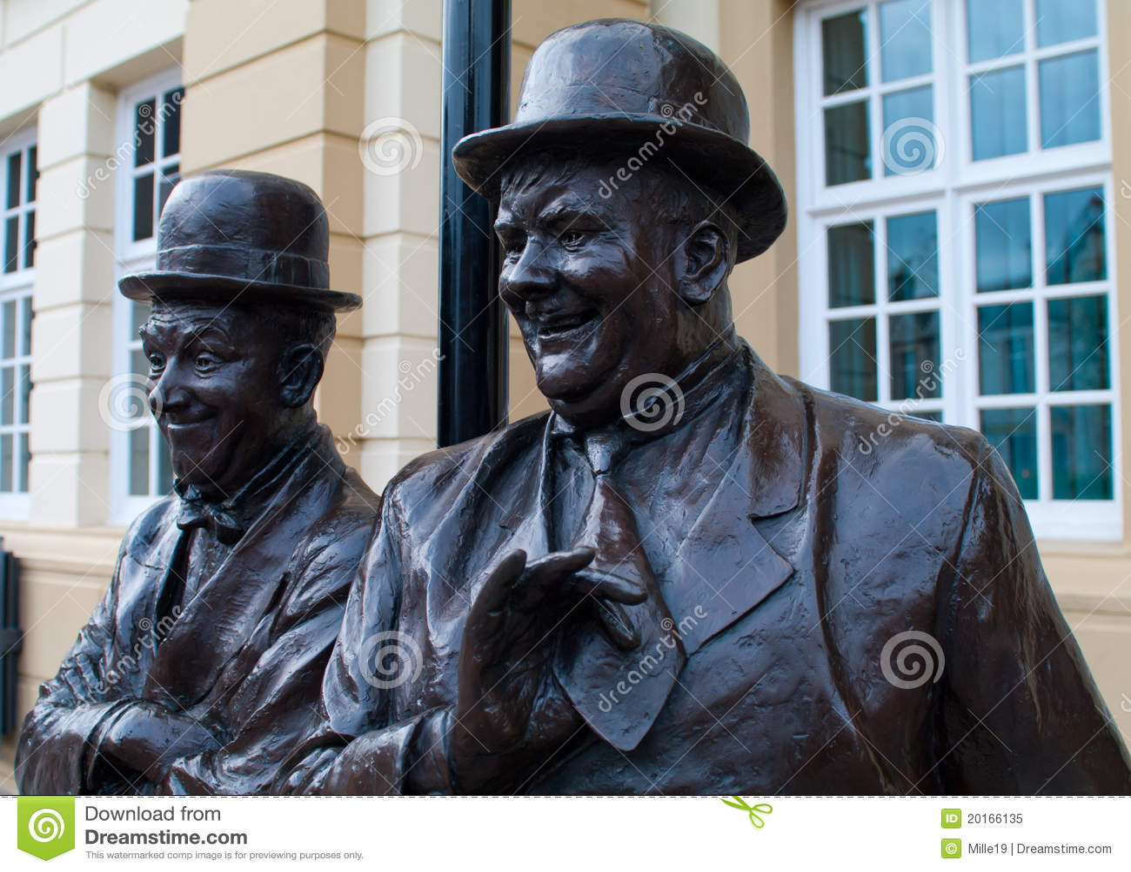 Lorbeer und robuste Statue - Ulverston