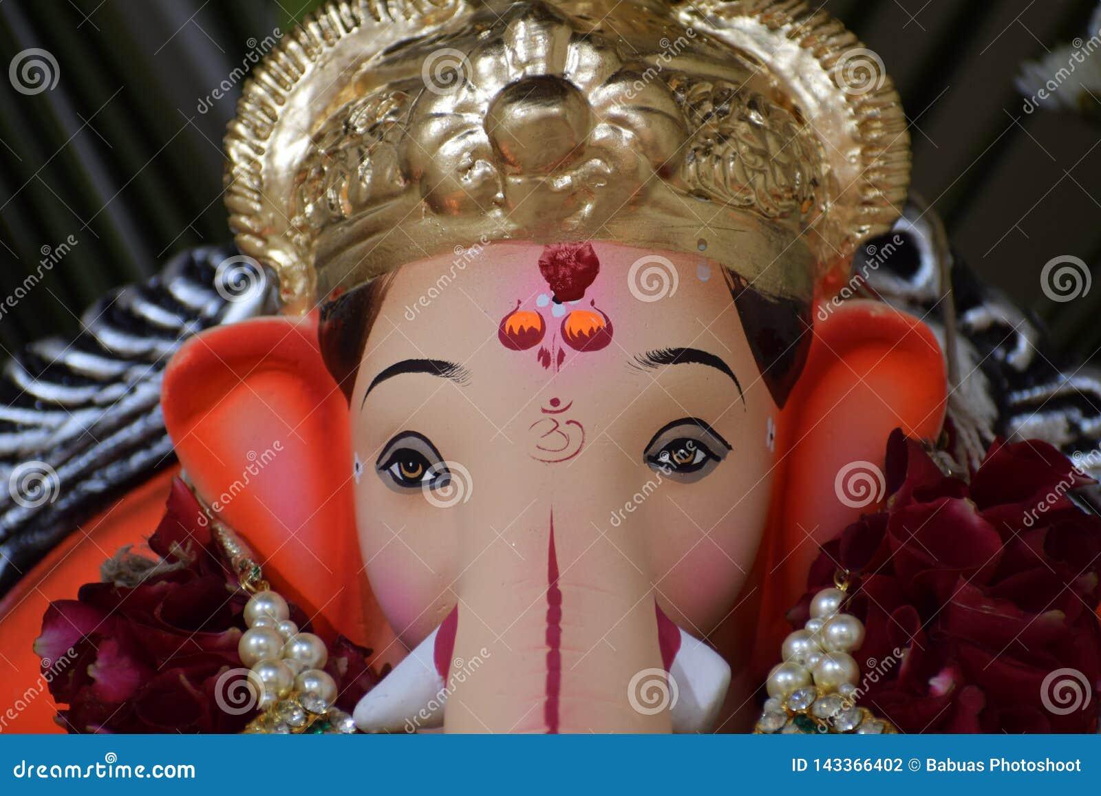 Lord Ganesh met zijn kroon tijdens Ganesh Puja-viering