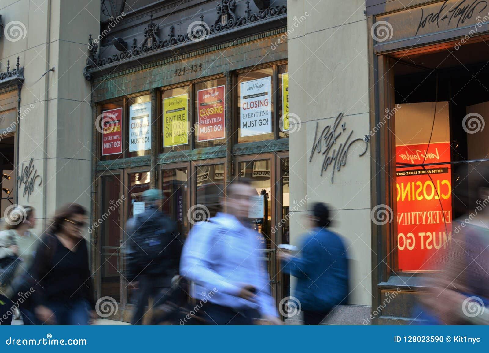 Lord Taylor New York City Flagship-Einkaufsspeicher, der aus Geschäfts-Zeichen heraus schließt