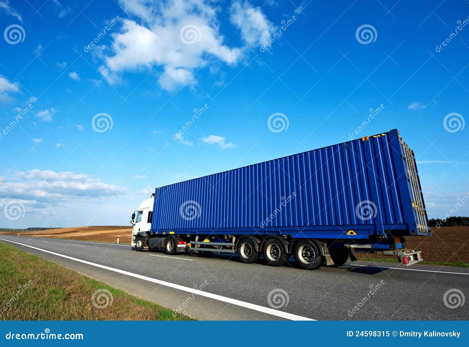 Lorry för blå grey över det röda skysläpet