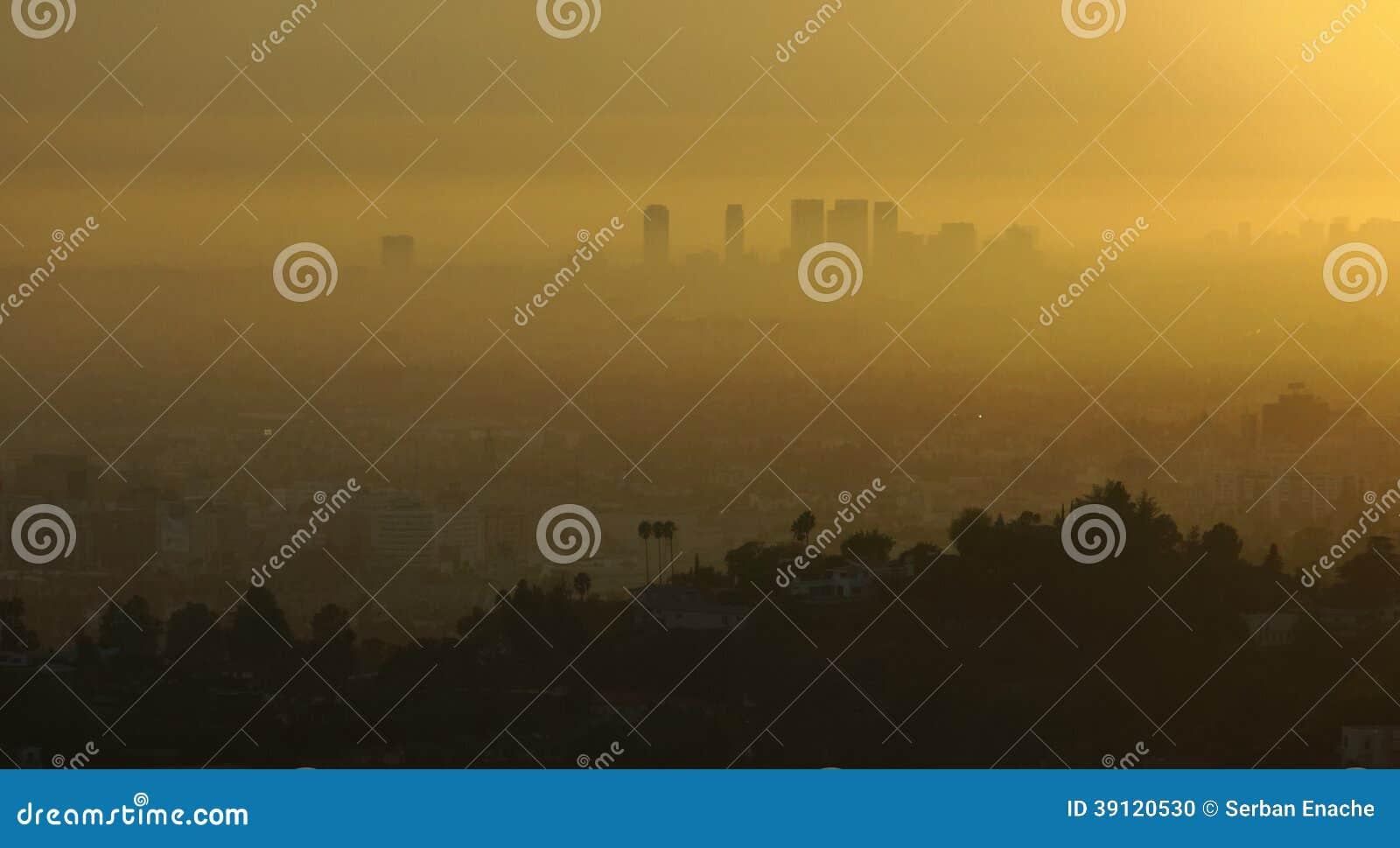 Los Ángeles y niebla con humo en la salida del sol