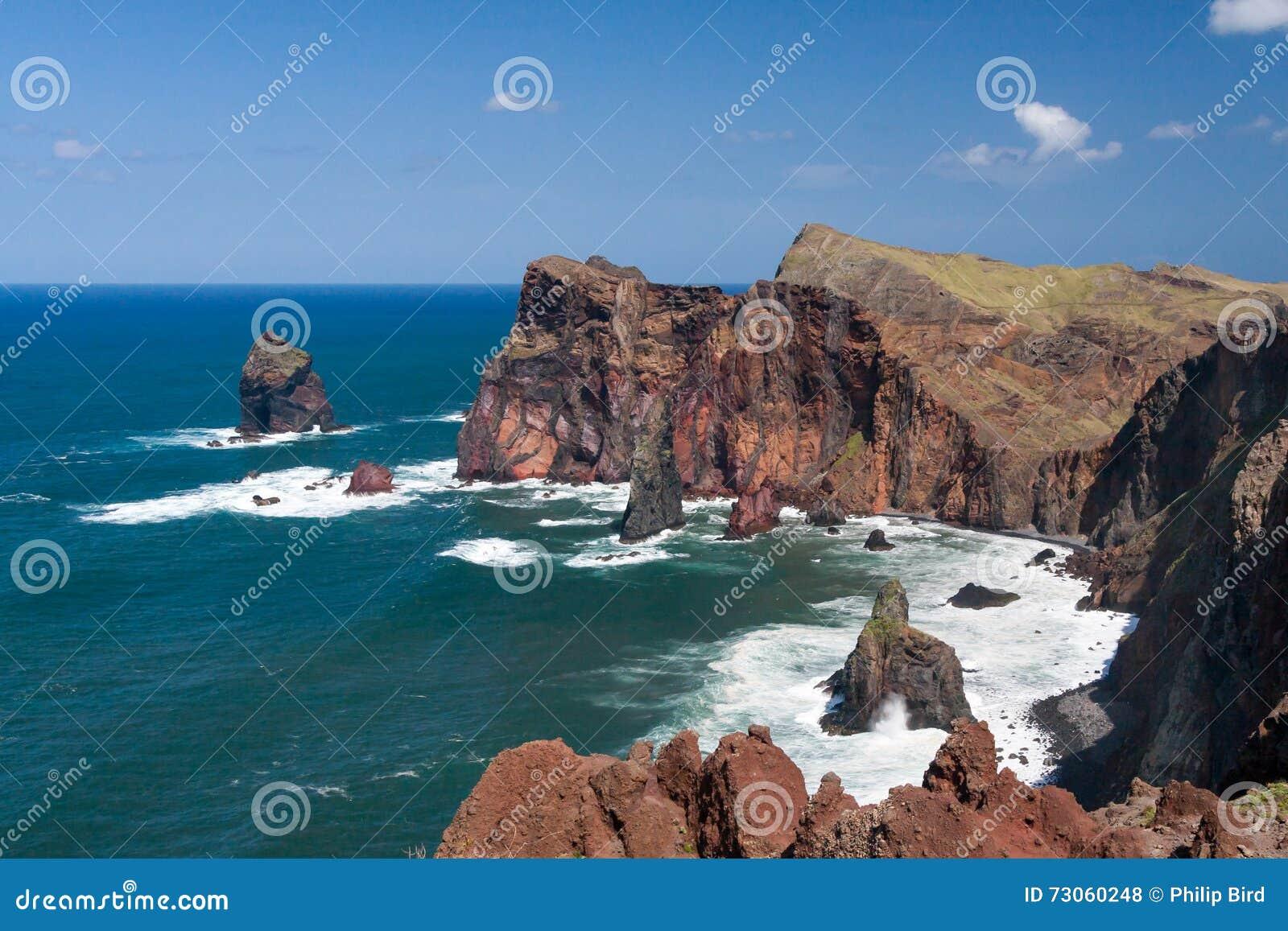 Los acantilados en St Lawrence Madeira que muestra la roca vertical inusual forman