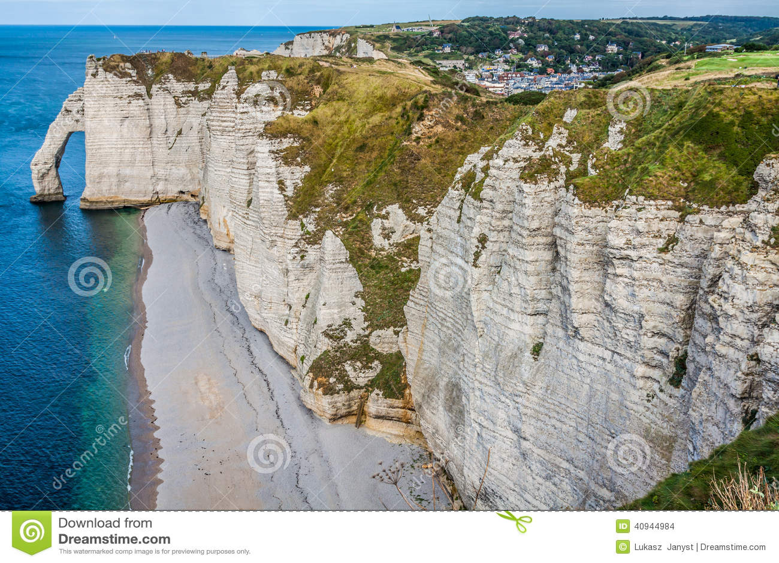 Los acantilados famosos en Etretat en Normandía, Francia