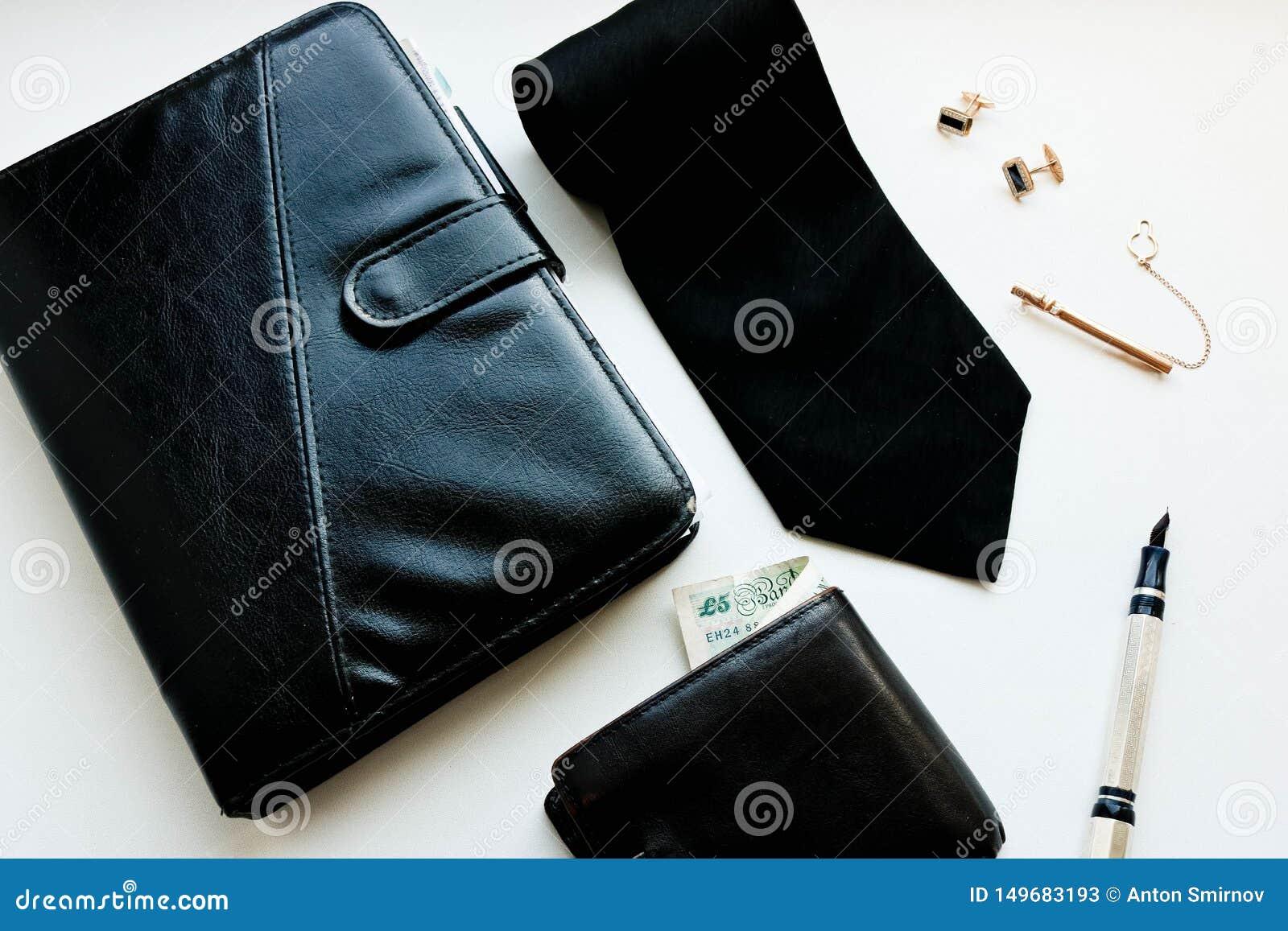 Los accesorios casuales de los varones ponen completamente con la cartera y la pluma negras del clip de lazo de las mancuernas de