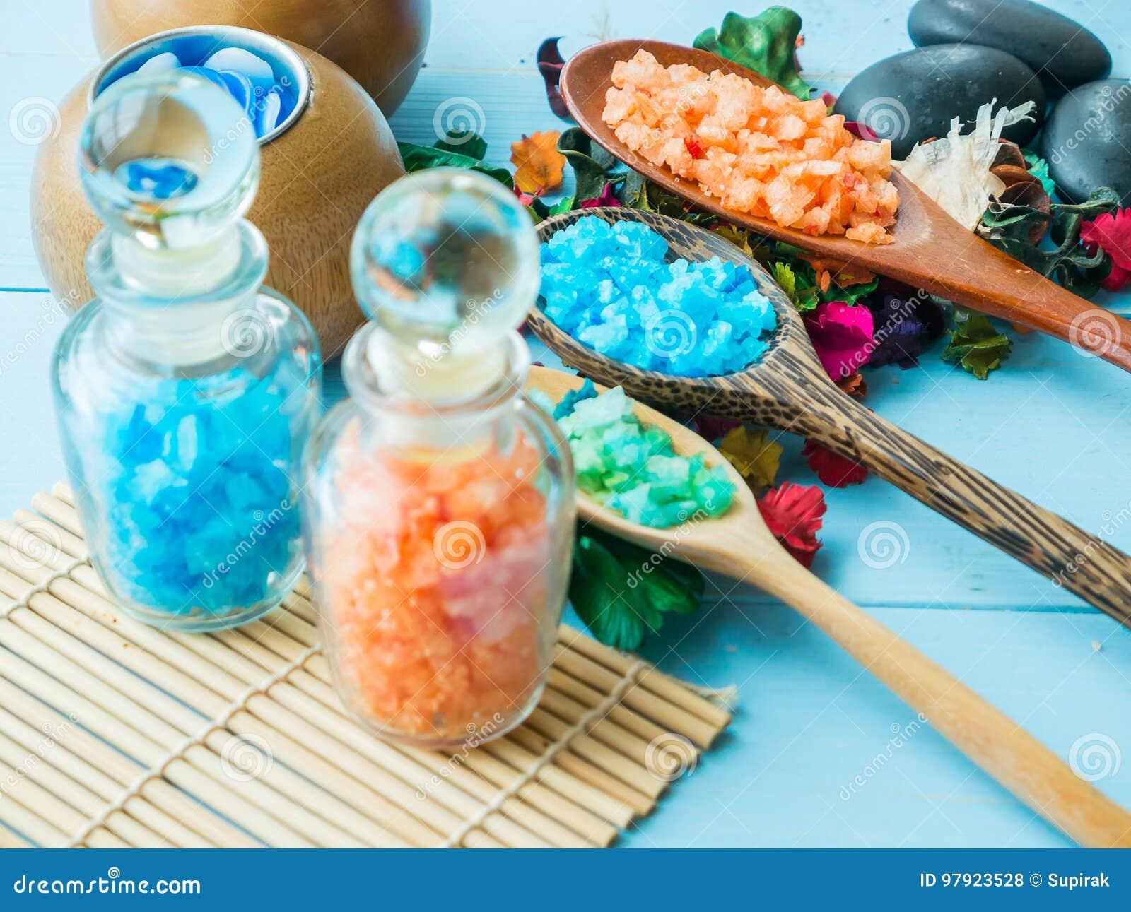 Los accesorios del balneario friegan para la piel sano