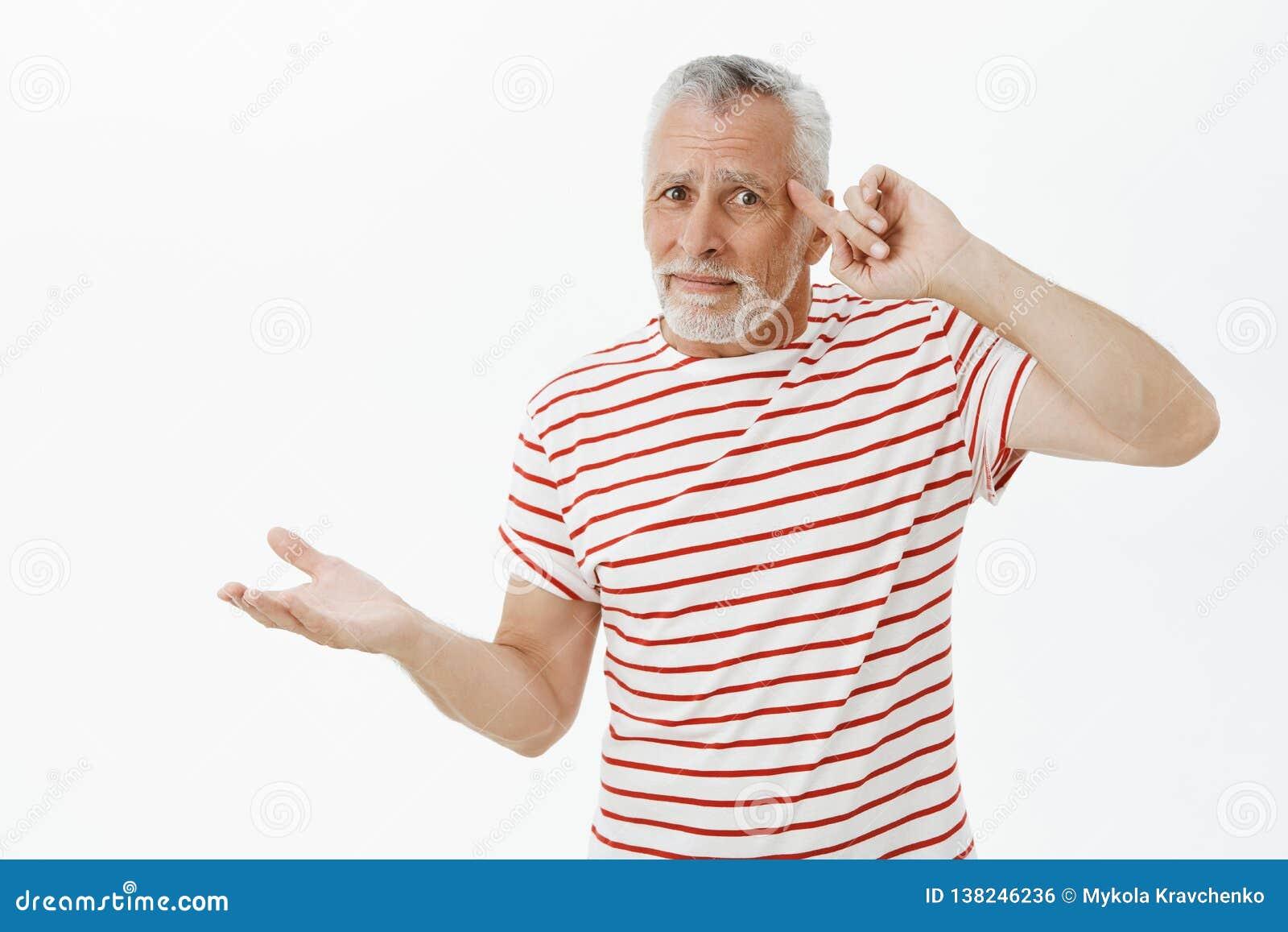 Los adolescentes de las cosas del viejo hombre perdieron la mente, insana Varón barbudo mayor confuso y descontentado en el balan