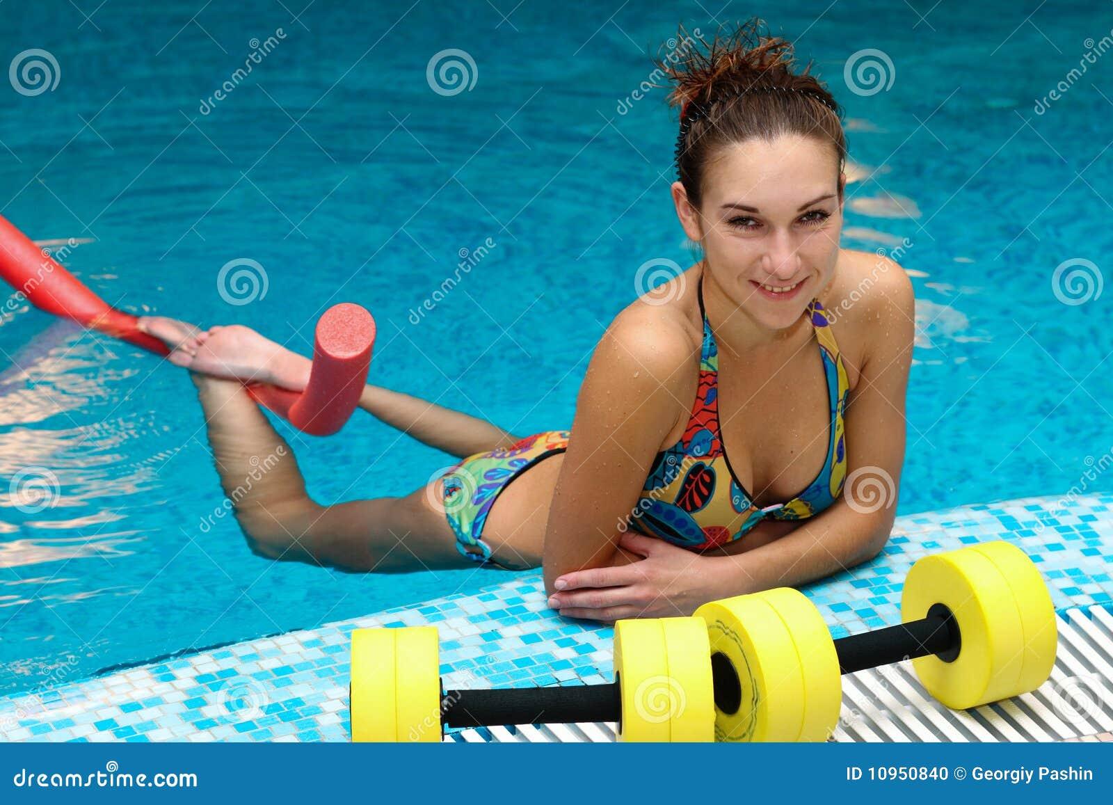 Los aeróbicos de la muchacha y del aqua