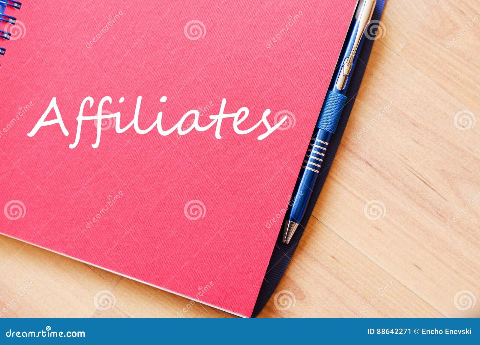 Los afiliados escriben en el cuaderno